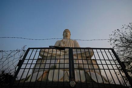 Imprisoning The Buddha – बुद्ध-प्रतिमा को बंदीबनाना