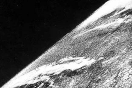 हमने पृथ्वी को अंतरिक्ष से सबसे पहले कबदेखा?