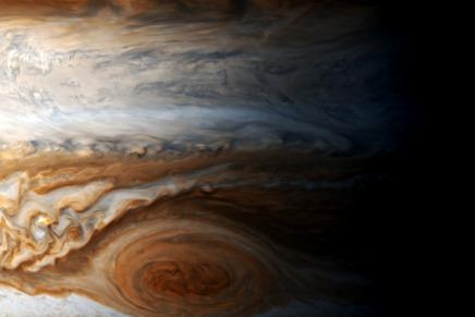 गैसीय ग्रह होने पर भी बृहस्पति ठोस क्यों प्रतीत होताहै?