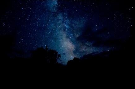 अरबों तारे होने पर भी अंतरिक्ष काला क्यों दिखताहै?