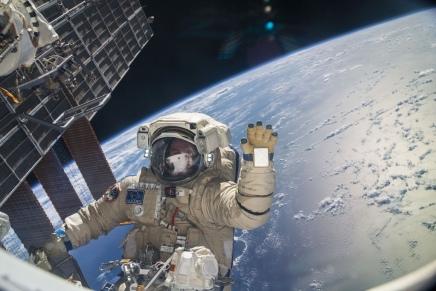17,500 किलोमीटर की गति पर एस्ट्रोनॉट्स स्पेसवॉक कैसे कर लेतेहैं?