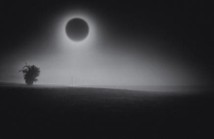 किसी ब्लैक होल की परिक्रमा करते ग्रह से आकाश कैसादिखेगा?
