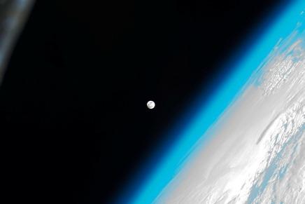 सूर्य की परिक्रमा करती हुई पृथ्वी अपनी ऊर्जा क्यों नहींखोती?