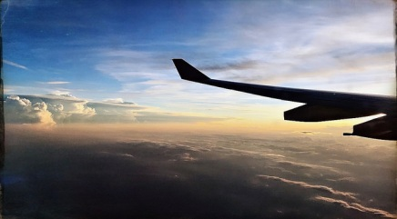 हवाई जहाज सामान्यतः किस गति पर उड़तेहैं?