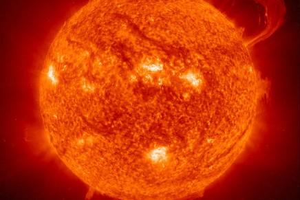 ठोस नहीं होने पर भी सूर्य अंतरिक्षीय पिंडों को क्यों आकर्षित करताहै?