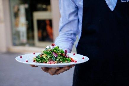 रेस्तरां में सर्व करनेवाले व्यक्ति या वेटर को नाम सेबुलाइए