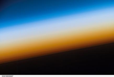 अंतरिक्ष का निर्वात पृथ्वी के वायुमंडल को क्यों नहीं खींचलेता?