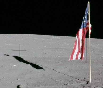 क्या हमें टेलीस्कोप से चांद पर लगे झंडे दिख सकतेहैं?