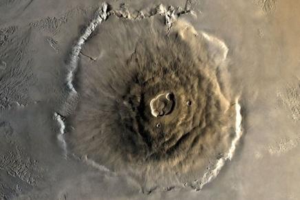 सौर मंडल में खोजा गया सबसे बड़ा पर्वत कहाँहै?